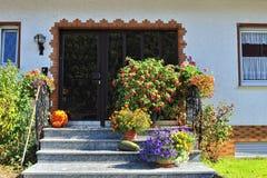 Porta metálica com a decoração da entrada da casa Fotografia de Stock Royalty Free