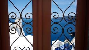 Porta modellata decorativa in Santorini - metta a fuoco nella priorità alta Nei precedenti il mare blu Immagine Stock Libera da Diritti