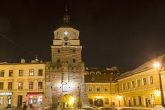 Porta na noite, Lublin de Krakow, Polônia fotografia de stock