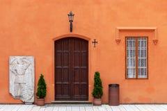 A porta na parede alaranjada Foto de Stock Royalty Free