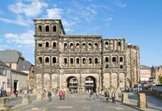 Porta Nigra i Trier på en härlig dag Royaltyfri Fotografi