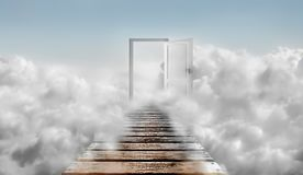 Porta no céu azul e nas nuvens Porta ao céu ilustração do vetor
