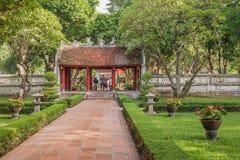 Porta no templo da literatura Hanoi, Vietname Imagens de Stock