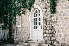 Porta o entrata ad una casa residenziale fotografie stock