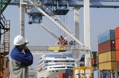 Porta, operai, gru e camion del contenitore Fotografia Stock