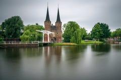 Porta oriental, canal e ponte levadiça histórica na louça de Delft, Netherland Fotografia de Stock Royalty Free