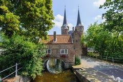 Porta oriental Oostpoort, porta velha da cidade da louça de Delft, Países Baixos imagens de stock