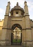 Porta ornamentado, catedral de Salisbúria, Wiltshire, Inglaterra foto de stock royalty free