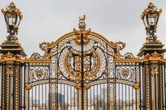 Porta ornamentado no Buckingham Palace, Londres imagem de stock royalty free