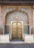 Porta ornamentado no palácio da cidade em Jaipur, India Foto de Stock