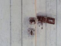 A porta oxidada velha destrava com fundo de madeira branco Fotografia de Stock Royalty Free