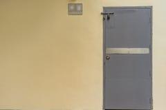 Porta parete e del garage gialli del metallo nel giorno soleggiato fotografia stock libera da diritti