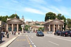 Porta portale Nuova e città superiore Citta Alta a Bergamo Fotografia Stock Libera da Diritti
