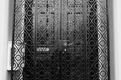 Porta preta com detalhe preto da cerca Fotografia de Stock Royalty Free