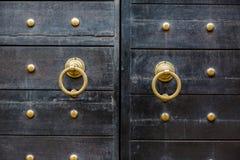 Porta preta de madeira maciça do vintage velho com cacifo e mão do metal Fotografia de Stock Royalty Free