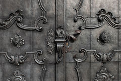 Porta preta do ferro com decoração Imagens de Stock