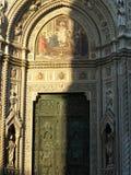 A porta principal da catedral foto de stock