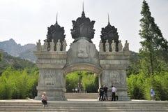 Porta Qingdao China do templo de Huayan imagem de stock