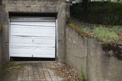 Porta quebrada da garagem de uma casa despenteado Foto de Stock