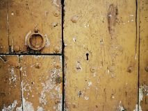 Porta quebrada velha de uma casa velha fotografia de stock royalty free