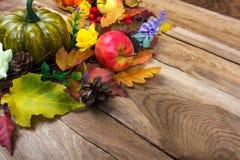 Porta rústica das flores das folhas, da abóbora e do lilás da queda da ação de graças Imagem de Stock