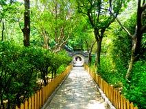 Porta redonda de pedra na montanha de Laoshan em Qingdao foto de stock royalty free