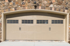 Porta residenziale del garage della casa Fotografie Stock