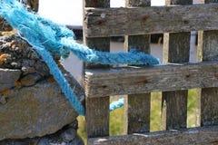Porta resistida em uma parede da rocha Imagem de Stock Royalty Free