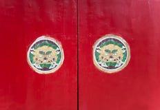 Porta rossa asiatica del tempio buddista Fotografie Stock