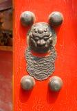 Porta rossa cinese con una testa del drago fotografie stock libere da diritti