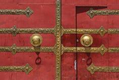 Porta rossa con la manopola di porta bronzea Fotografia Stock Libera da Diritti