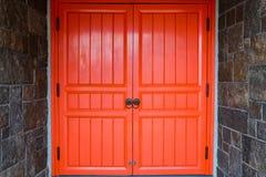 Porta rossa di legno del fondo di architettura del tempio antico con marzo Fotografie Stock Libere da Diritti
