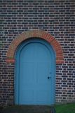Porta rotonda d'annata blu in muro di mattoni, Londra, parco del ` s del biglietto di S. Valentino Vecchia porta decorativa Fotografia Stock