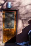 Porta rustica del New Mexico con la parete di stucko e una certa neve Fotografia Stock