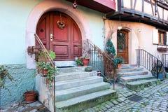 Porta rustica di legno antica di una casa medievale, Eguisheim, Alsac Fotografie Stock