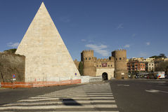 Porta San Paolo Gate e pirâmide antiga Imagens de Stock
