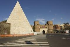 Porta San Paolo Gate och forntida pyramid Arkivbilder
