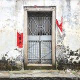 Porta stagionata con le parole cinesi sulla parete immagini stock