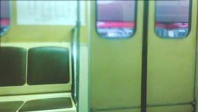 A porta subterrânea do metro abre o conceito povos no carro no metro o metro subterr?neo multidão de povos do estilo de vida video estoque