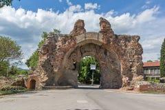 A porta sul - os camelos de fortificações romanas antigas em Diocletianopolis, cidade de Hisarya, Bulgária Fotos de Stock