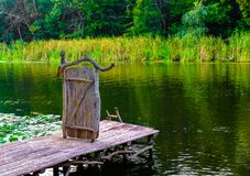 Porta sulla porta del bacino del fiume al molo del fiume immagine stock