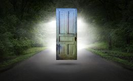 Porta surreal, estrada, estrada, renascimento espiritual fotos de stock