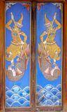 Porta tailandese antica di legno di stile a Wat Poramaiyikawas Worawihan, Koh Kret, Nonthaburi immagini stock libere da diritti