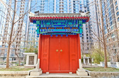 Porta tradicional chinesa no edifício moderno Fotos de Stock Royalty Free