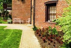 Porta a um jardim imagens de stock royalty free