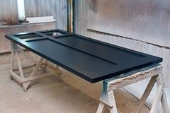 Porta in un colore grigio scuro Camera della pittura Dettaglia la produzione del legno Immagine Stock Libera da Diritti
