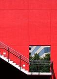 Porta in un muro di cemento rosso Fotografia Stock