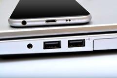 Porta usb com o close up do portátil do smartphone Fotografia de Stock Royalty Free