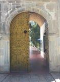 Porta variopinta con l'ornamento nello stile arabo, città di Sidi Bou Said, Nord Africa, Tunisia Fotografia Stock Libera da Diritti