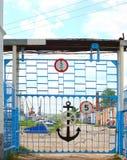 Porta velha ao porto fluvial Fotos de Stock